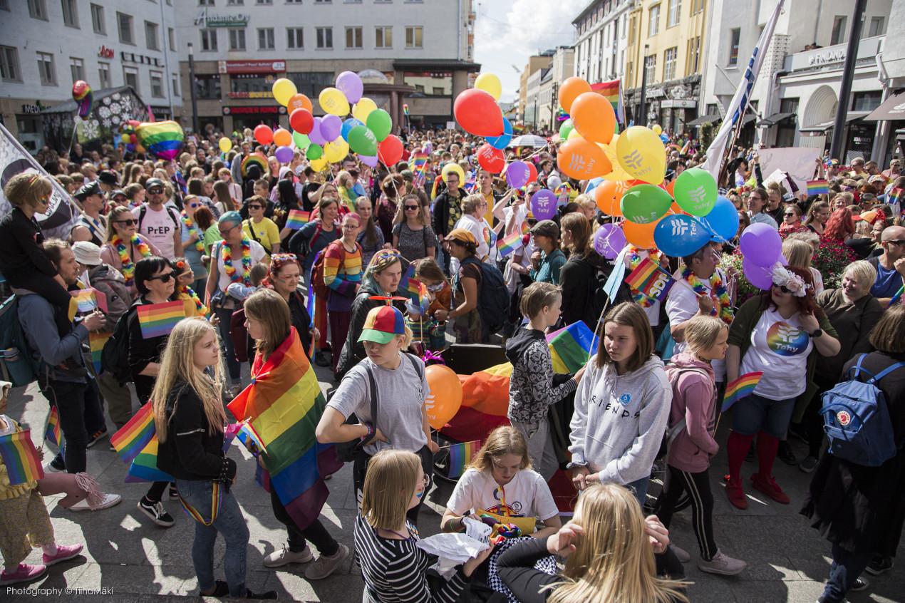 Ihmisiä kerääntyneenä Rotuaarille Oulu Pride 2019 -kulkuetta varten.