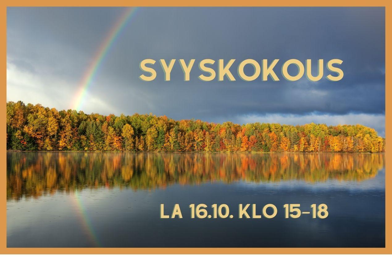 Syyskokous la 16.10 klo 15–18. Taustalla vesistö, jota reunustaa ruskainen metsä, taivaalla sateenkaari.