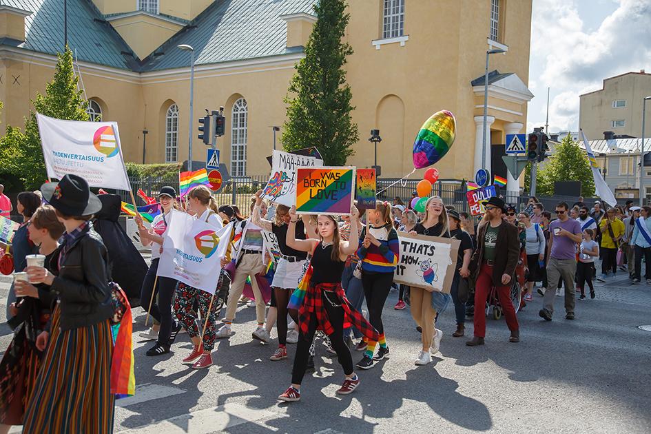 Pridekulkue ohittamassa Oulun tuomikirkkoa.